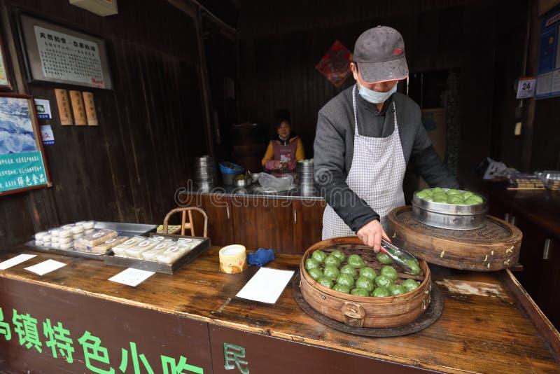 De Chinese mensen wisselen traditioneel voedsel uit royalty-vrije stock foto's
