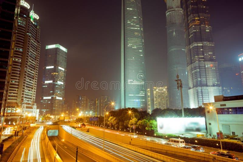 De Chinese nacht van Shanghai Lujiazui Zie de nacht op de Chinese Brug van Shanghai Lujiazui stock afbeelding