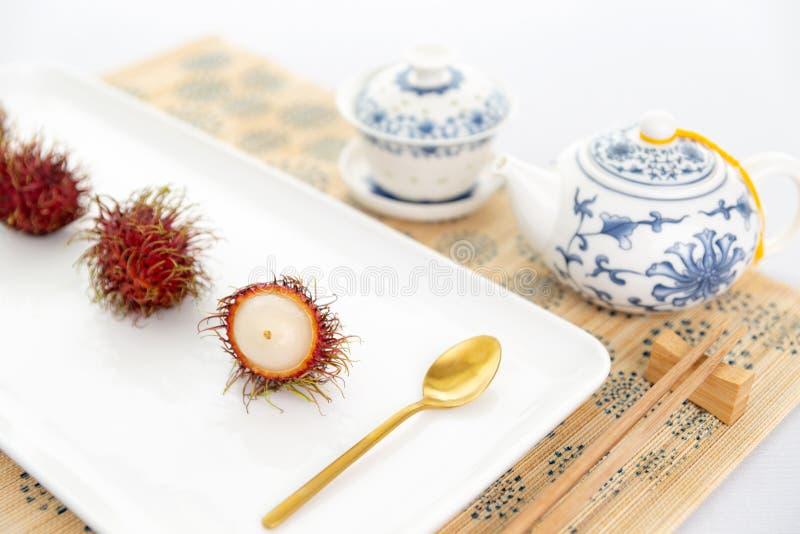 De Chinese opstelling van de theetijd met rambutan royalty-vrije stock afbeeldingen