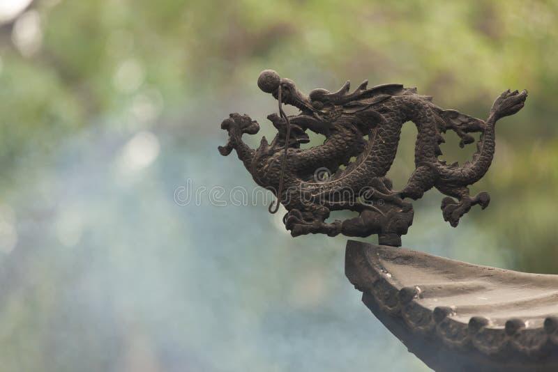De Chinese ornamenten van het tempel traditionele dak stock foto