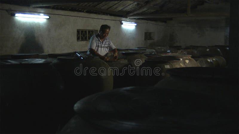 De Chinese oude mens maakt zure bamboespruiten aan domein yunnan China royalty-vrije stock afbeelding