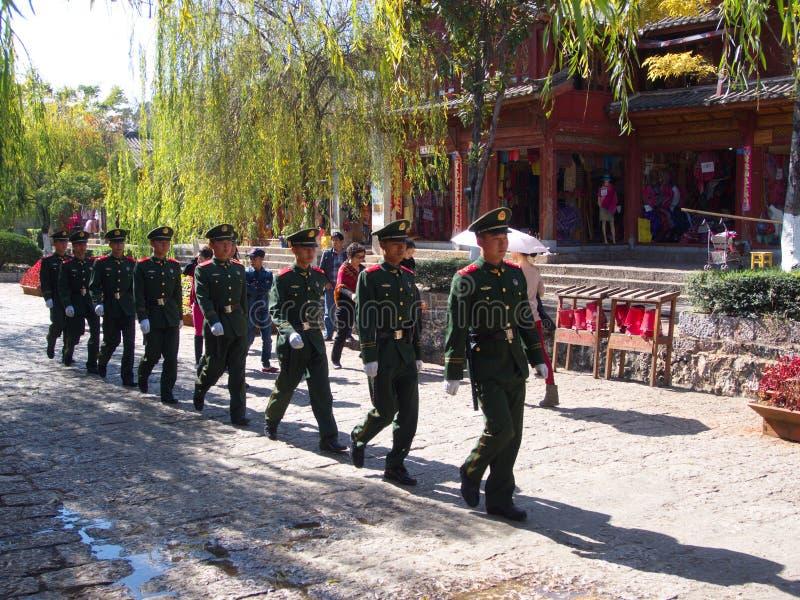 De Chinese Politie in de Oude Stad van Lijiang maakt voor touristTheu veilig royalty-vrije stock afbeeldingen