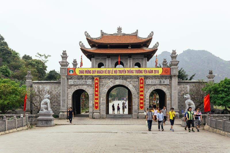 De Chinese poort van de stijlingang met toeristen dichtbij Trang een Landschap Complex in de zomer in Ninh Binh, Vietnam stock foto's