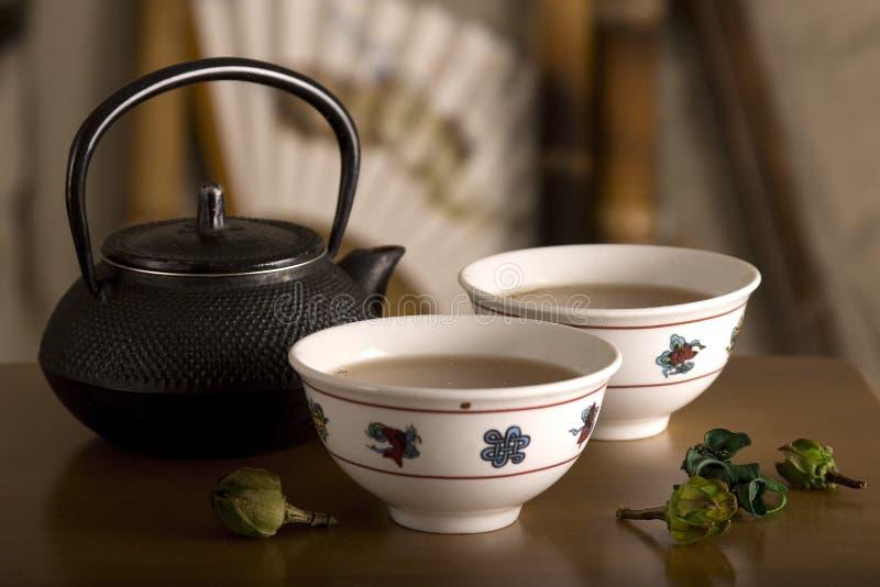 De Chinese theepot, twee koppen en fruit op lijst. royalty-vrije stock afbeelding