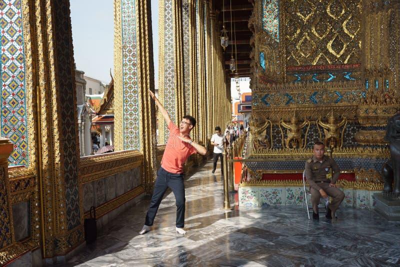 De Chinese toeristen handelt een superhero stellen royalty-vrije stock fotografie