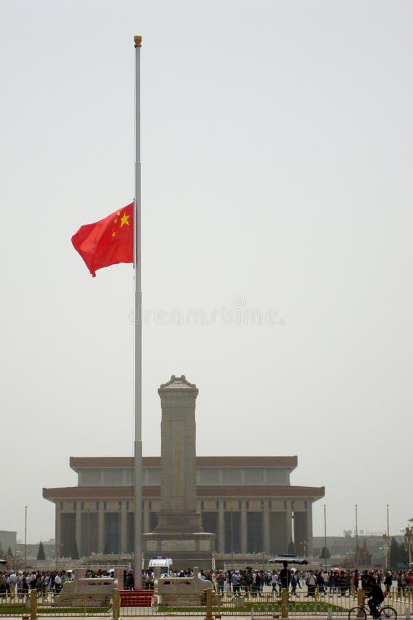 De Chinese vlag is bij helft-mat op Tiananmen-Vierkant stock fotografie