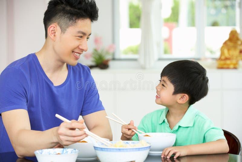 De Chinese Zitting die van de Vader en van de Zoon thuis eet stock fotografie