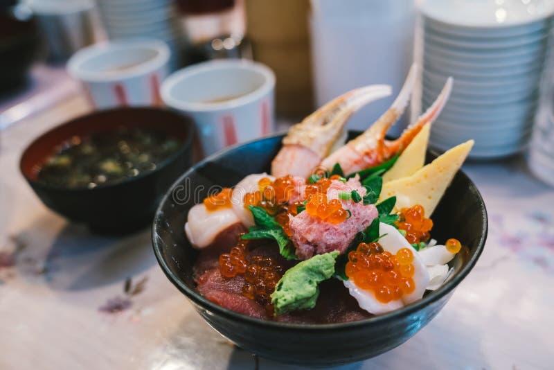 De Chirashisushi trekken of sashimidonburi aan, de Japanse die kom van de voedselrijst met gemengde ruwe zeevruchten wordt bedekt royalty-vrije stock foto