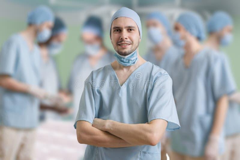 De chirurg glimlacht na succesvolle verrichting van een patiënt royalty-vrije stock afbeeldingen