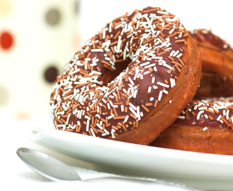 De chocolade Bevroren Doughnuts van de Ring stock afbeelding