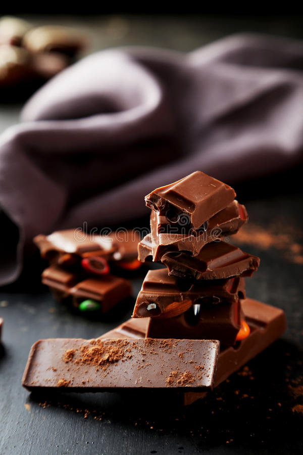 De chocolade plateert toren op de zwarte achtergrond stock afbeeldingen