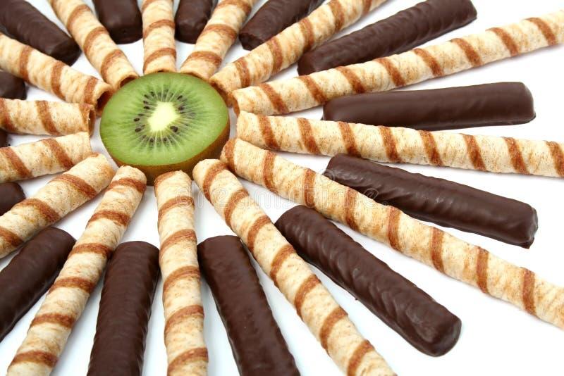 De chocolade van de vanille plakt met een room en een gesneden kiwi stock afbeeldingen