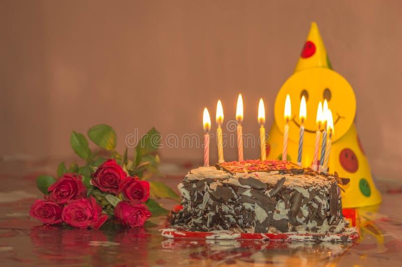 De chocoladecake met kaarsen en rood nam voor valentijnskaartendag, moedersdag of verjaardag toe stock afbeeldingen