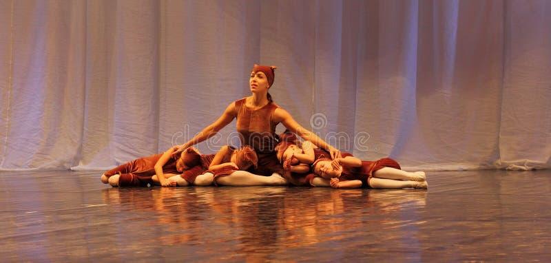 De choreografie van kinderen op stadium stock afbeeldingen