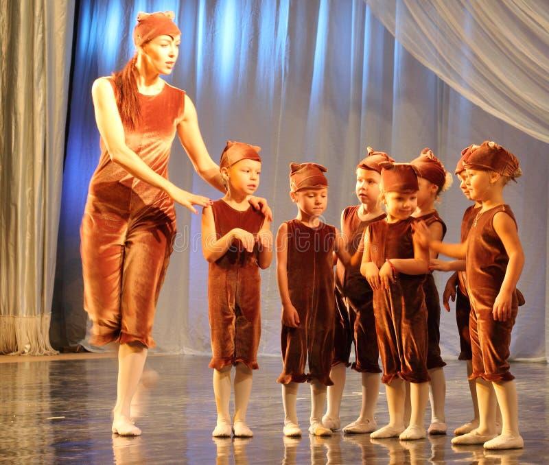 De choreografie van kinderen op stadium stock fotografie