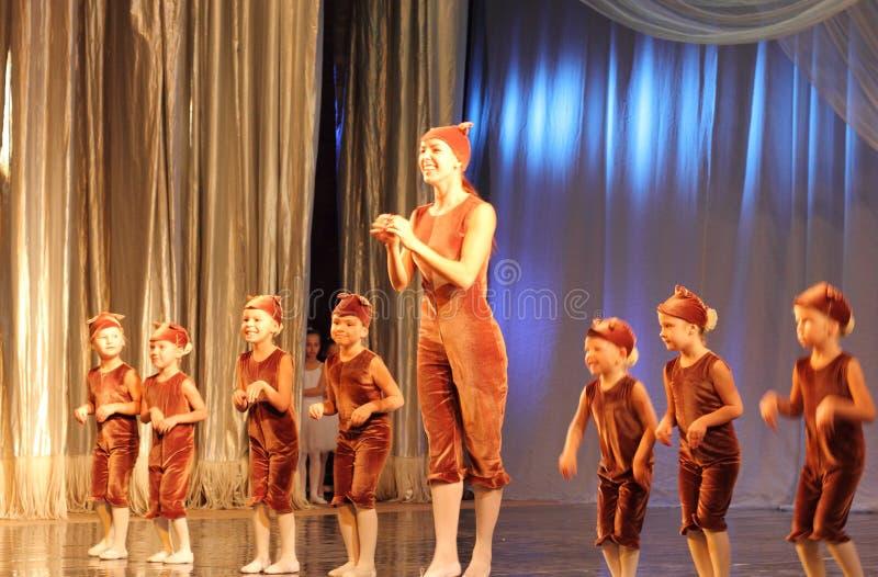 De choreografie van kinderen op stadium stock afbeelding