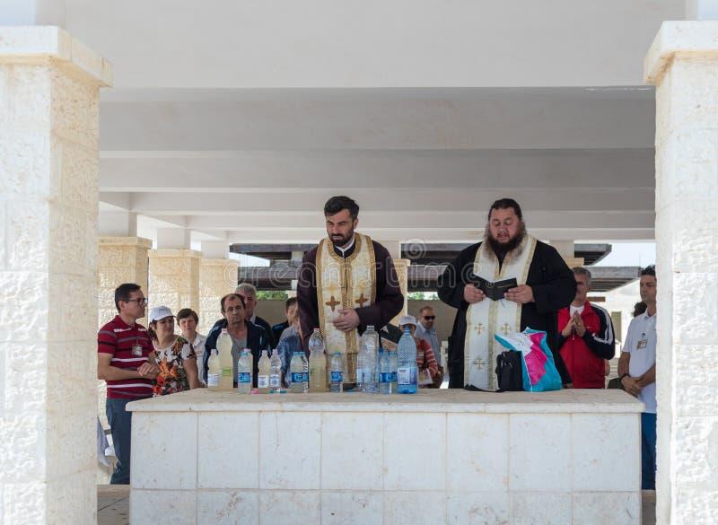 De christelijke priesters bidden in aanwezigheid van gelovigen op de toeristenplaats Qasr Gr Yahud in Israël royalty-vrije stock afbeeldingen