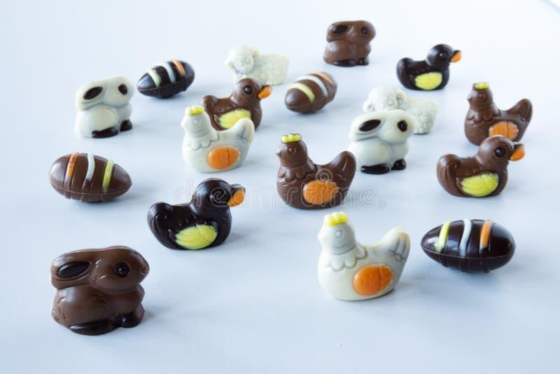De cijfers van chocoladepasen: ei, konijntje, eend, schapen, kip stock afbeelding