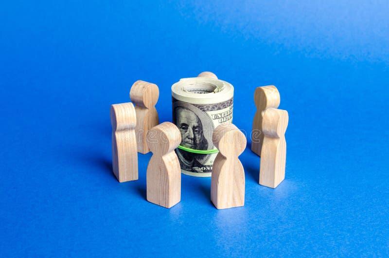 De cijfers van mensen omringen een bundel van geld Concept het opheffen van geld voor een opstarten of een idee, het crowdfunding stock foto