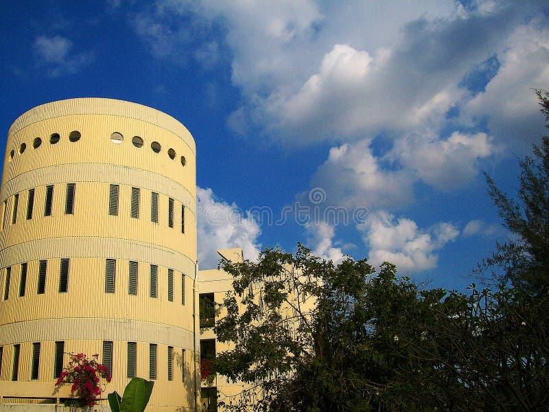De cilindrische bouw op de universiteit stock fotografie
