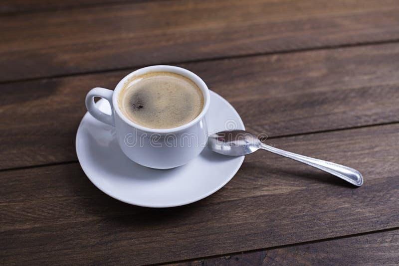 De cima do tiro do copo com o café saboroso que está na tabela de madeira fotografia de stock royalty free