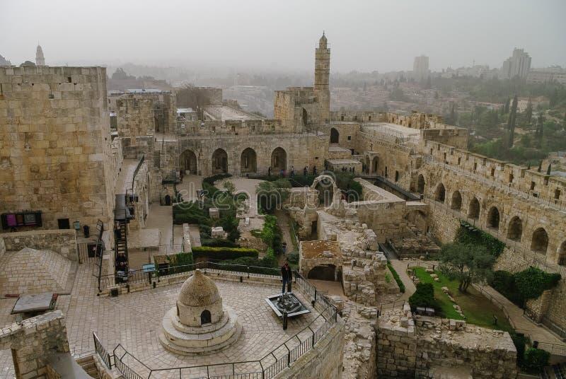 De citadel van Jeruzalem en Toren van David met cityscape in zandstorm stock fotografie