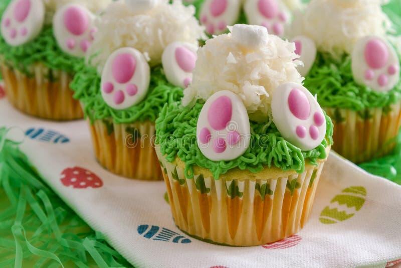 De citroen cupcakes Pasen van het konijntjesuiteinde behandelt royalty-vrije stock foto's