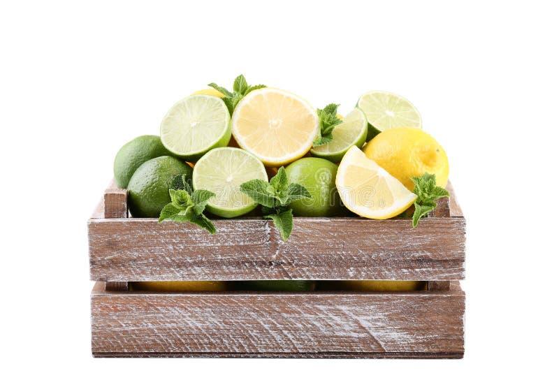De citroenen en de kalk met munt doorbladeren royalty-vrije stock foto