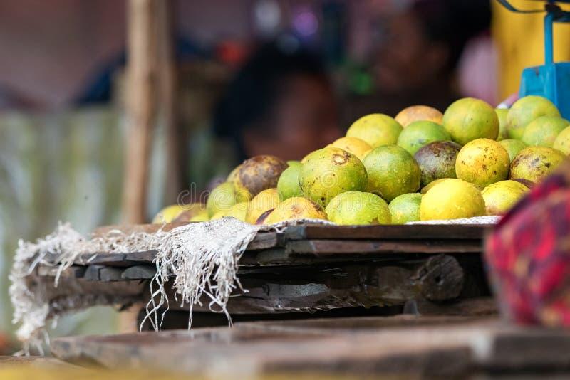 De citroenen op een houten dienblad bij de voedselmarkt in Bemoeiziek zijn, Madagascar royalty-vrije stock afbeelding