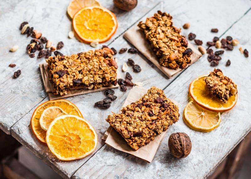 De citrusvrucht van Granolabars, pindakaas en gedroogd fruit, gezond voedsel royalty-vrije stock afbeelding