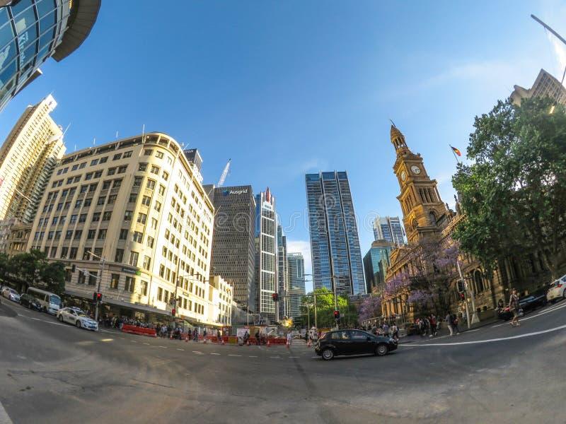 De Cityscape mening van het stadhuis van Sydney, op George Street, het beeld door lens die van de fisheye de brede hoek wordt gev stock fotografie