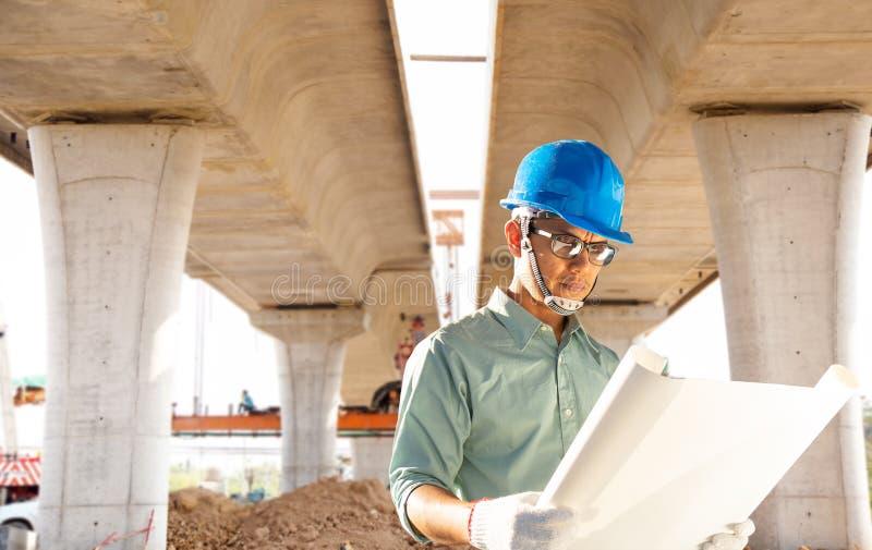 De civiels-ingenieur controleren de bouw van de snelweg stock afbeeldingen