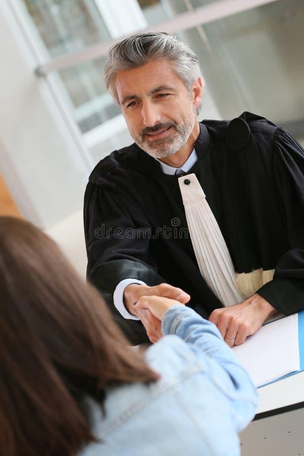 De cliënt van de advocaatvergadering op zijn kantoor stock foto