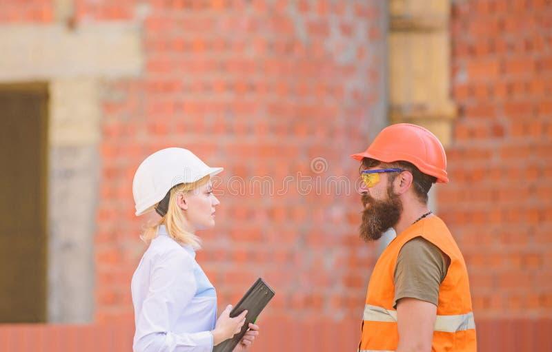 De cli?nt van de verhoudingenbouw en deelnemersbouwnijverheid Bespreek vooruitgangsplan Bouwnijverheid stock foto