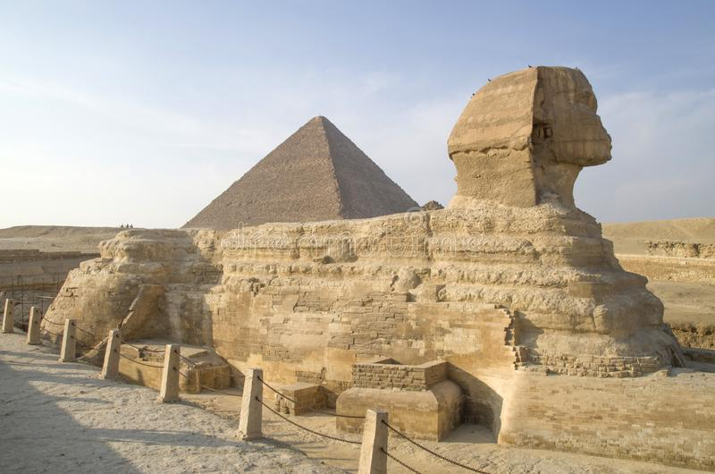 De Close-up againts Grote Piramide van sfinxsideview, Kaïro stock fotografie