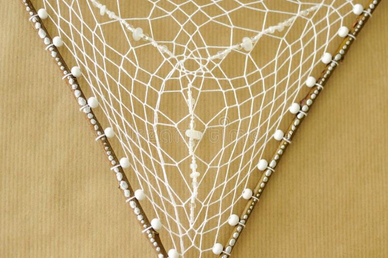De close-up detailleert dreamcatcher netto geweven op wilgenstokken met maansteen op ambachtdocument achtergrond royalty-vrije stock afbeeldingen