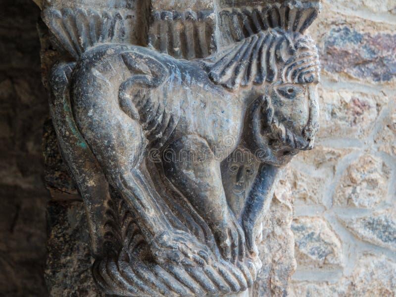 De close-up van Catalaans roman kunstbeeldhouwwerk in de Abdij van heilige-brengt in de war stock foto's