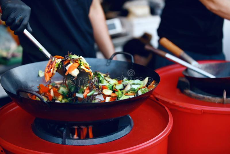 De Close-up van chef-kokcooking thai dish bij het Festival van het Straatvoedsel stock foto