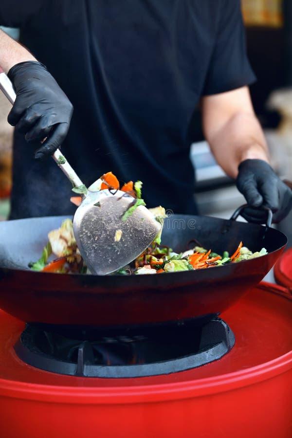 De Close-up van chef-kokcooking thai dish bij het Festival van het Straatvoedsel royalty-vrije stock fotografie