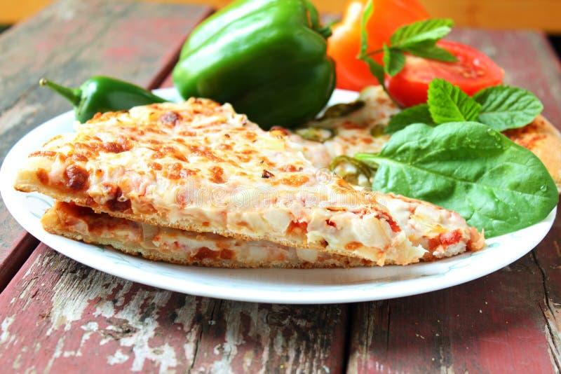 De close-up van de pizzaplak met groene paprikatomaat en kruid stock fotografie