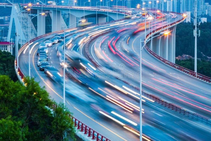 De close-up van de verkeersstroom op de brug royalty-vrije stock afbeelding