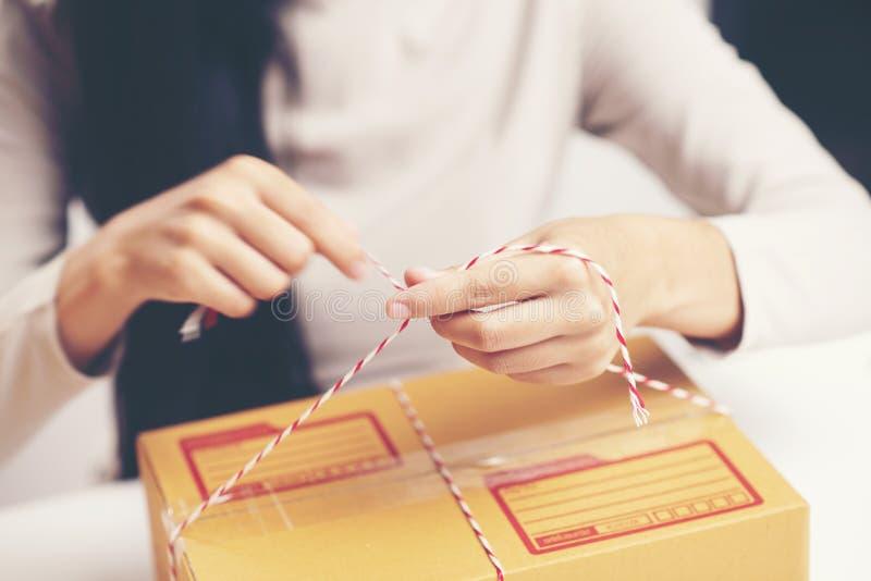 De close-up van een arbeider overhandigt de verpakking van een doos stock fotografie