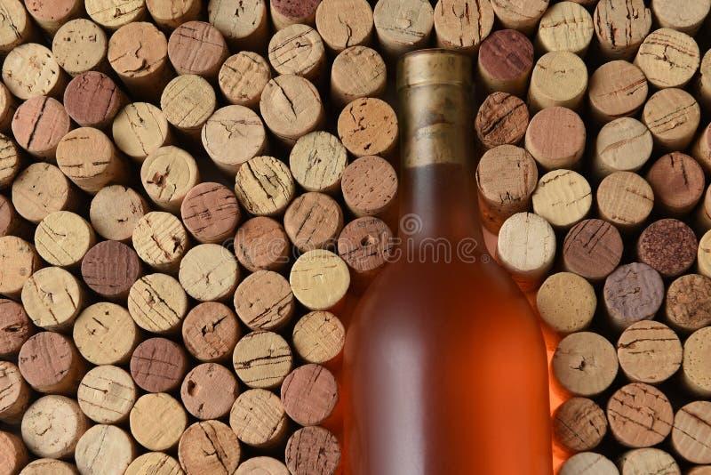 De close-up van een fles Witte die Zinfandel wijn door gebruikt wordt omringd kurkt stock foto
