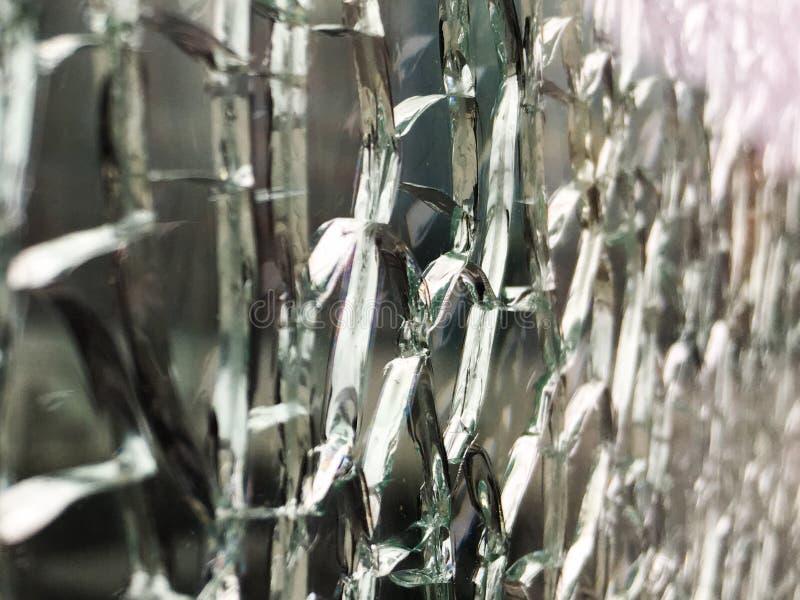 De close-up van gebroken glasmuur schoot schuin met het onduidelijke beeld bij de rechterkant van het kader royalty-vrije stock afbeelding