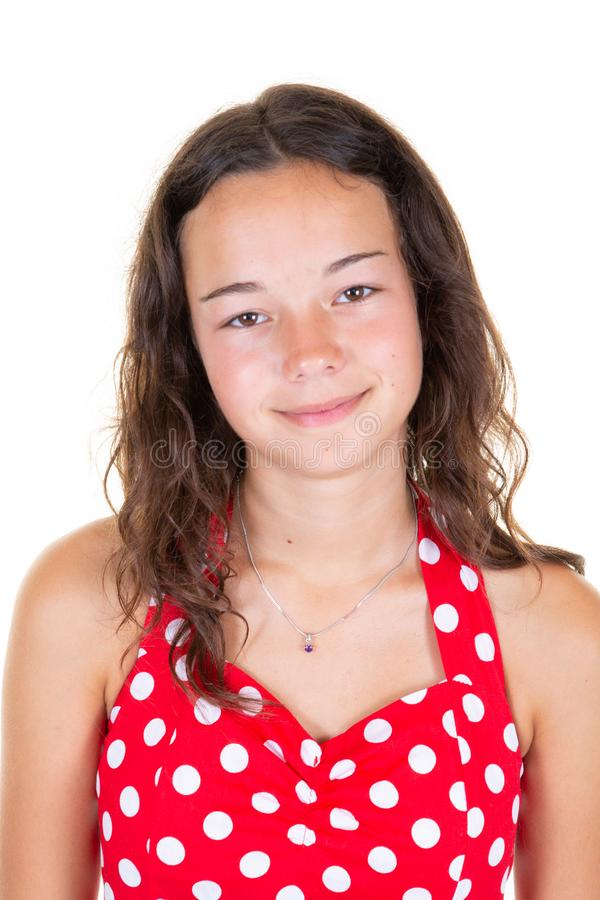 De close-up van gelukkig aantrekkelijk jong meisje tiener met lang golvend haar draagt modieuze rode kleding kijkt gelukkig en bi royalty-vrije stock foto