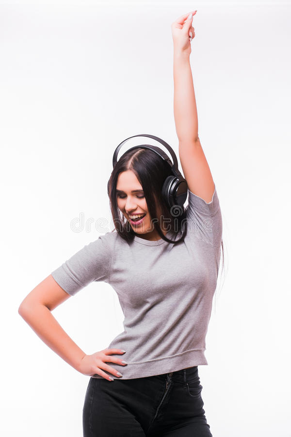 De close-up van gelukkig donkerbruin Kaukasisch meisje luistert dansend aan muziek met hoofdtelefoons stock foto's
