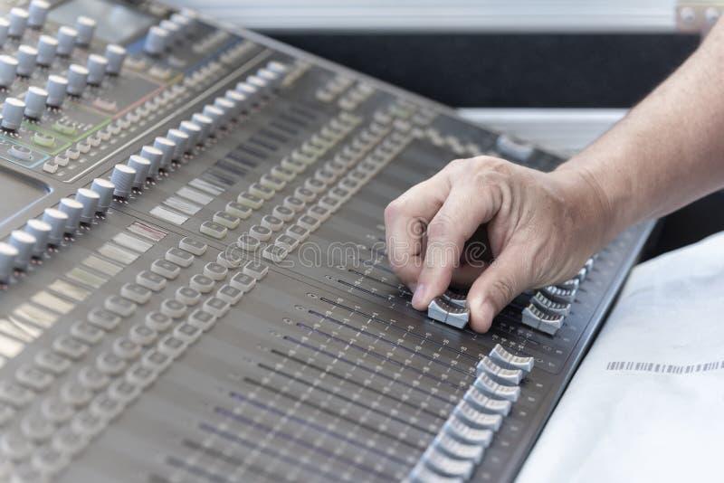 De close-up van hand past de professionele audio digitale het mengen zich console aan stock afbeelding