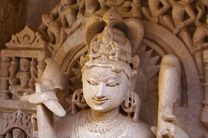 De close-up van het Balaramabeeldhouwwerk, Binnenmuur van Ranien ki vav, ingewikkeld geconstrueerd stepwell op de banken van Sara stock foto
