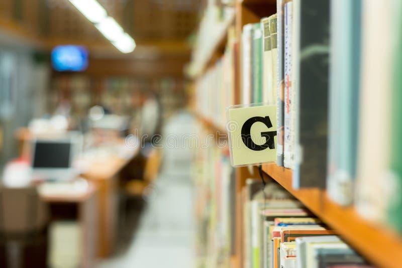 De close-up van het bibliotheekboekenrek met brief royalty-vrije stock afbeeldingen