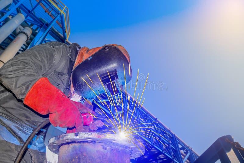 De close-up van het fabrieksarbeiderlassen in fabriek royalty-vrije stock foto